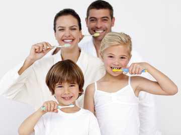 lavati i denti - la famiglia si lava i denti