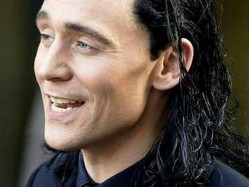 Loki Odinson - Tom Hiddleston como Loki