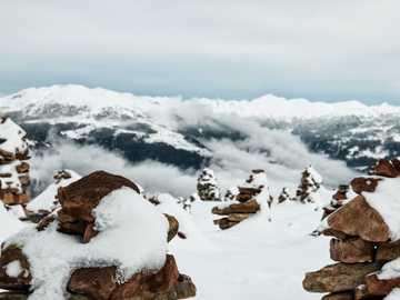 """tumuli innevati che si affacciano sulle montagne - In inverno, quando una fitta nebbia copre la cima della montagna, gli """"Stoanernen Mandln"""" (tumul"""