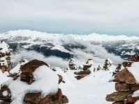 """cairns cobertos de neve com vista para montanhas - No inverno, quando o nevoeiro espesso cobre o topo da montanha, o """"Stoanernen Mandln"""" (cairn) pa"""