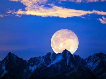 Full moon over the mountain peaks - Full moon over the mountain peaks