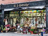 Магазин за цветя с коледна украса - Магазин за цветя с коледна украса
