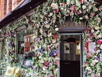 Tienda ricamente decorada con flores - El exterior de la tienda está ricamente decorado con flores.