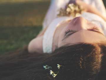 nő feküdt a fűben - A Surprise Az egyik legszebb részén lőttem, nagyon sok portrét készítek itt ügyfeleim számá