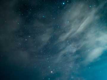 blauer Himmel mit weißen Wolken - Nachthimmel und Sterne über Bonneville Salt Flats in Nord-Utah. . Bonneville Salt Flats, Utah, USA