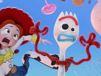 Toy Story 4 - Forky und Jessie aus Toy Story 4.
