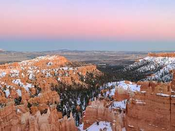 Bryce Canyon National Park - brown rocky mountain under blue sky during daytime. 브라이스캐년국립공원, 캐논빌, 미 �