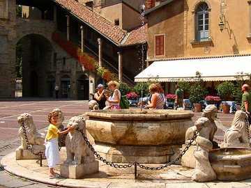 Bergamo Piazza mit Brunnen und Cafe - Bergamo Piazza mit Brunnen und Cafe