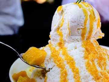glass på svart keramisk skål - Koreansk mango rakad is (Bingsoo) med glass. Cafe Auburndale, Northern Boulevard, Flushing, NY, USA