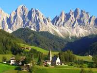 Kleines Dorf in den Dolomiten Südtirol
