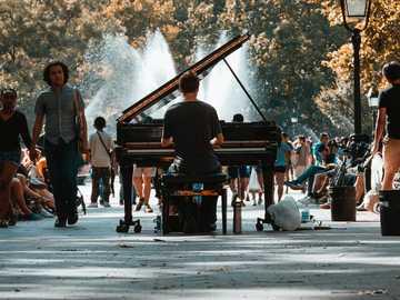 Fotografía de enfoque selectivo del hombre tocando el piano de cola en multitud - Vi a este increíble pianista clásico en Washington Square Park y tan pronto como lo alineé con la