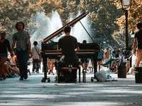 szelektív összpontosít fényképezés ember zongorázni a tömegben - Láttam ezt a csodálatos klasszikus zongoristát a Washington Square Parkban, és amint felsorakozt