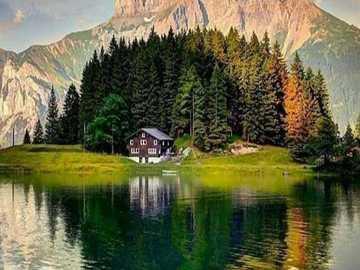 gespiegelte Landschaft aus Wald und Bergen - gespiegelte Landschaft aus Wald und Bergen