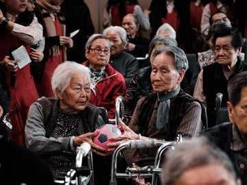 muž v černé kožené bundě sedí na židli - dobrovolnická práce se staršími lidmi. Do projektu služby loni ve škole.
