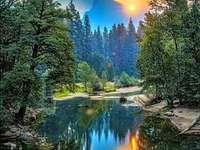μια εικόνα καθρέφτη του ανατέλλοντος ήλιου - μια εικόνα καθρέφτη του ανατέλλοντος ήλιου