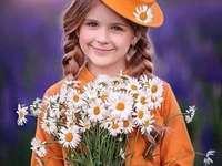 χαμογελαστό κορίτσι με ένα μπουκέτο μαργαρίτες - χαμογελαστό κορίτσι με ένα μπουκέτο μαργαρίτες
