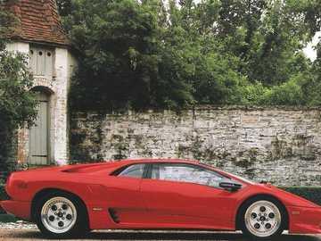 Lamborghini Diablo - La Lamborghini Diablo è un'auto sportiva a motore centrale ad alte prestazioni costruita dalla