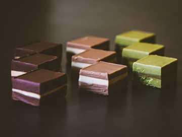 dessert sulla superficie nera - Cremino mandorle, nocciole e pistacchi.