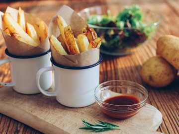 patatas fritas en tazas junto a la salsa - Papas fritas. Diseño de alimentos de Rhubarb & Beans.