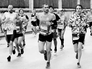 persone che corrono durante il giorno - Durante la Media Maratón de Málaga al passo de los Corredores por el Paseo de los Curas. Nessun ri