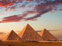 As três pirâmides - elevando-se no deserto