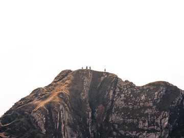 gente en el acantilado durante el día. - En cada paseo por la naturaleza, uno recibe mucho más de lo que busca: John Muir. Reino Unido