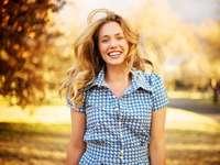 Femeie zâmbind - Femeie zâmbitoare veselă.