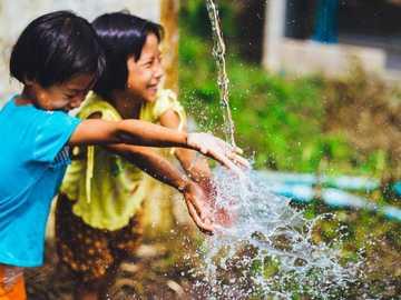 Glück teilen - Kinder, die Freundschaft teilen