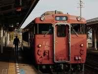 czerwony pociąg obok stacji w ciągu dnia - 山陰 本 線 (益田 行 き) Główna linia San'in do stacji Masuda. Stacja Higashi-Hagi
