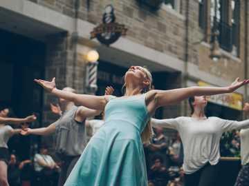 Menschenmenge tanzt auf der Straße - Menschen, die tagsüber auf der Straße tanzen. Guelph, Kanada