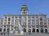 Edificio storico con fontana a Trieste - Edificio storico con fontana a Trieste