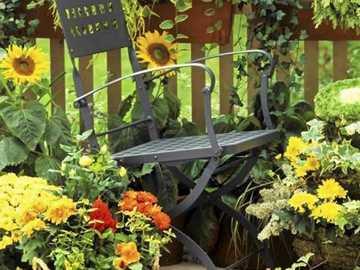 På Terrassen Med Blommor - På Terrassen Med Blommor Och En Stol.