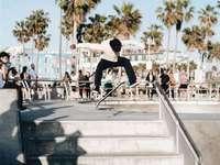 Venedig Straße - Mann macht Skateboard-Trick. Venedig, Los Angeles, Vereinigte Staaten