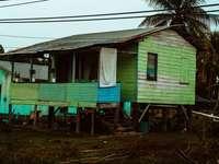 """Зелена къща в Белиз. - синьо-бяла дървена къща. Магистрала """"Колибри"""", Белиз"""