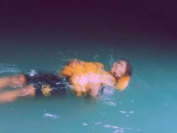 estético. - hombre en agua con luces naranjas y amarillas. Bogor, Java Occidental, Indonesia