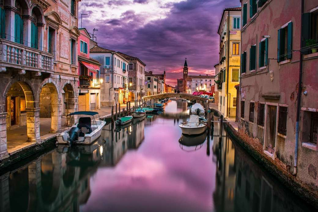 Ponts et bateaux des canaux à Venise