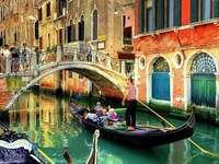 Csatornák hídjai és csónakjai Velencében