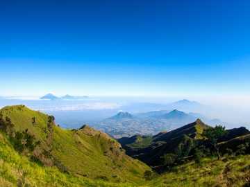 fotografia di paesaggio di montagna verde - Pemandangan dari salah satu puncak gunung merbabu, disini adalah tempat favorit banyak orang untuk m