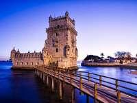 Ein Turm mit einer Brücke auf dem Wasser