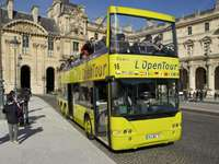 a Louvre előtt - Turista busz a Louvre előtt