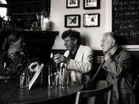 Η ιστορία της παμπ - φωτογραφία σε κλίμακα του γκρι τριών ατόμων που κάθοντ