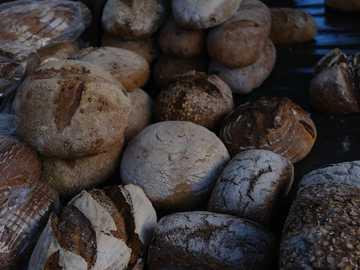 frammento di pietra marrone e bianco - Pane e amori su una bancarella del mercato. Londra, Regno Unito
