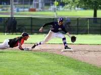 Гмуркане на бейзболист, за да се върне на втора база. - мъж в черно-бяла риза на бейзболна фланелка и бели пант