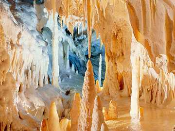 Stalagmiten in Grotte Frasassi bei Genga Italien - Stalagmiten in Grotte Frasassi bei Genga Italien