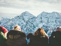 Unternberg - négy ember nézi a havas hegyet nappal. Unternberg, Ruhpolding, Németország