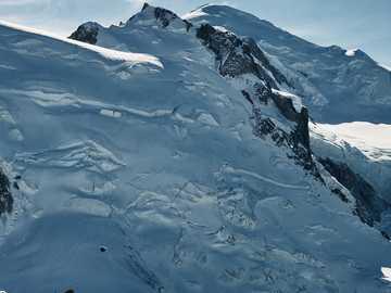 Mont Blanc - zasněžená hora během dne. Mont Blanc