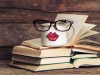 Cărți pe masă - O cană cu buze pe cărțile deschise