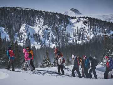 Brainard Lake, Колорадо - хора, ходещи по ледена планина. Brainard Lake, Colorado, Ward