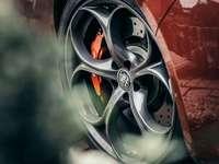 roda de carro vermelha e prata - Alfa Romeo Giulia Quadrifoglio.