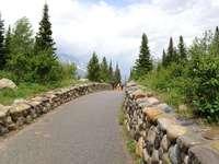 camino de piedra - camino con un arcén de piedra